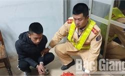 Bắc Giang: Bắt giữ thanh niên vận chuyển hai bao pháo nổ