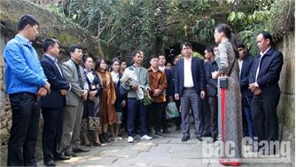 Đoàn công tác Học viện Chính trị khu vực I tìm hiểu văn hóa truyền thống tại Việt Yên