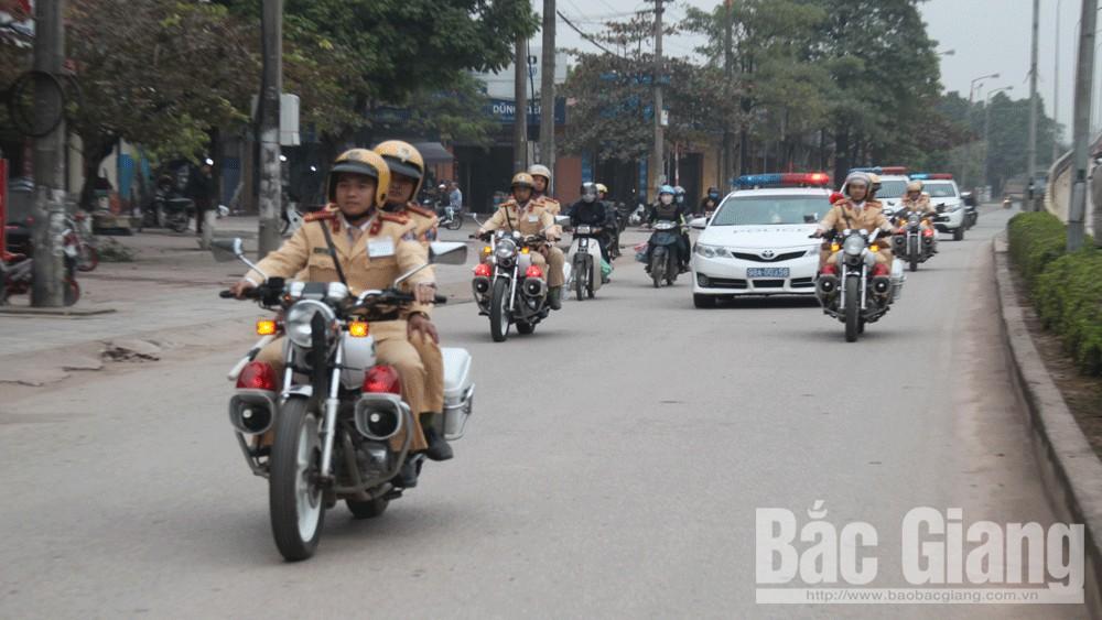 Cán bộ, chiến sĩ Phòng Cảnh sát giao thông (Công an tỉnh) diễu hành tuyên truyền về đợt cao điểm trên một số tuyến phố ở TP Bắc Giang.