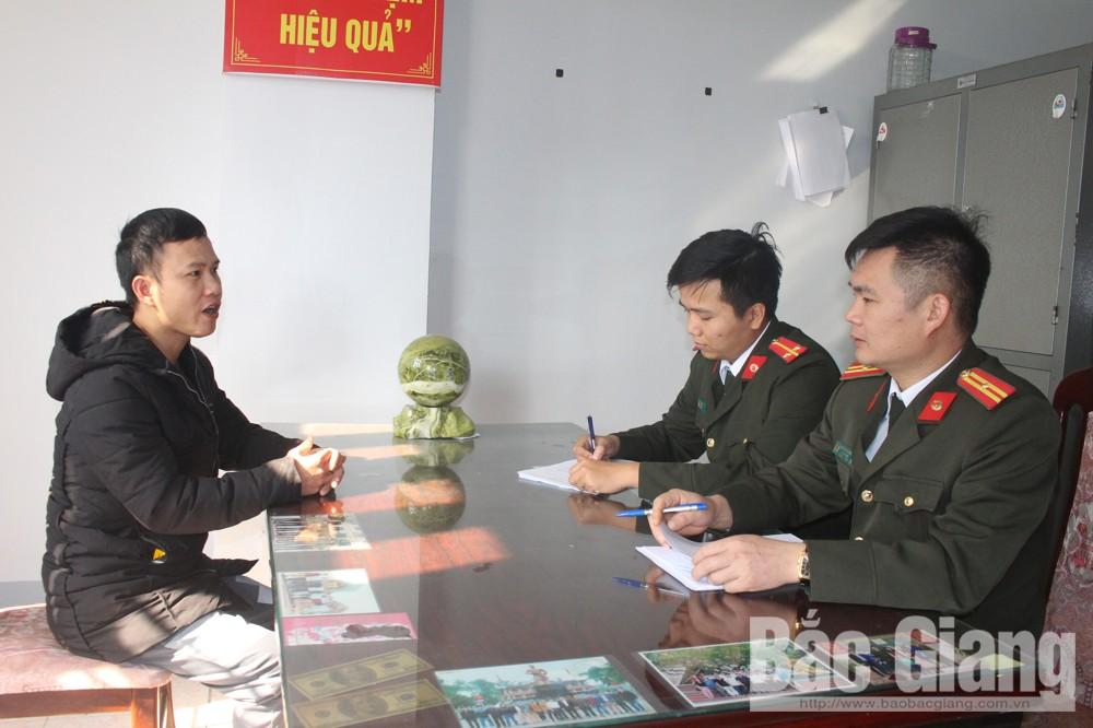 Cán bộ Phòng An ninh điều tra đấu tranh với đối tượng Tàng Văn Định, thôn Trại Hồ, xã Phú Nhuận (Lục Ngạn).