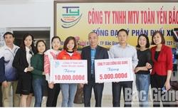 Nhiều tổ chức, cá nhân trao thưởng cho VĐV điền kinh Nguyễn Thị Oanh