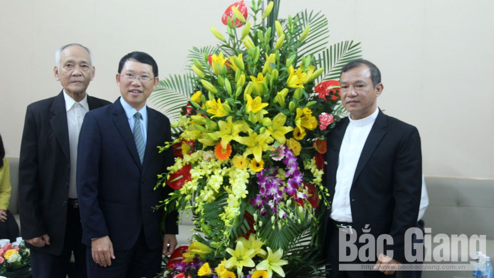 Provincial Vice Chairman Le Anh Duong pays pre-Christmas visits to Bac Giang and Ngo Xa parishes