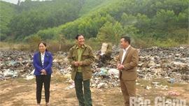 """Cựu chiến binh Vi Văn Hùng, xã Dương Hưu, huyện Sơn Động (Bắc Giang): """"Mang"""" rác về nhà"""