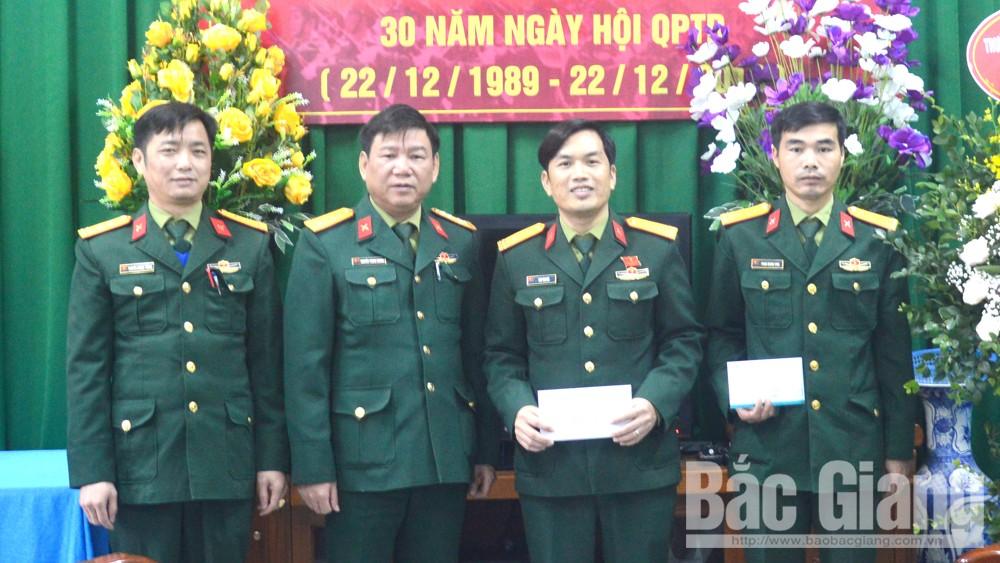 Bộ CHQS tỉnh Bắc Giang thăm, tặng quà 15 gia đình quân nhân hoàn cảnh khó khăn
