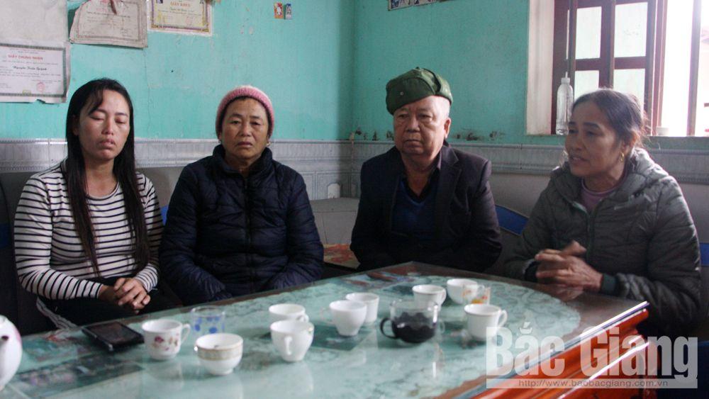 Nhiều người thân đến chia sẻ, động viên gia đình ông Lành, bà Hương.