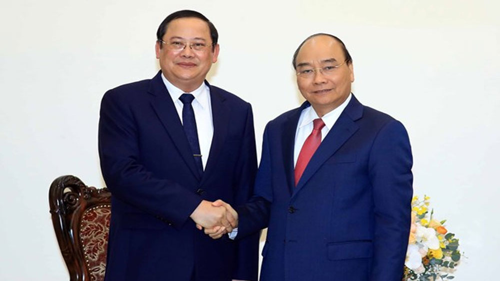 PM, Vietnam, send experts, support Laos, Nguyen Xuan Phuc, macro-economic policy,  training quality,  bilateral trade, official development assistance