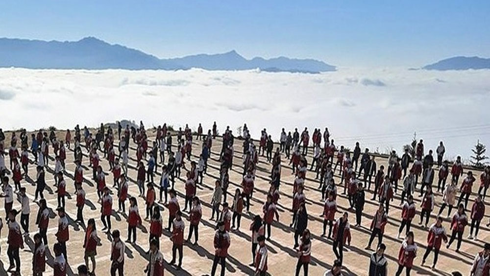 Pupils, ocean of clouds, Ha Giang students, nature draws attention, winter uniform, up-beat music, Xin Man Secondary and High School