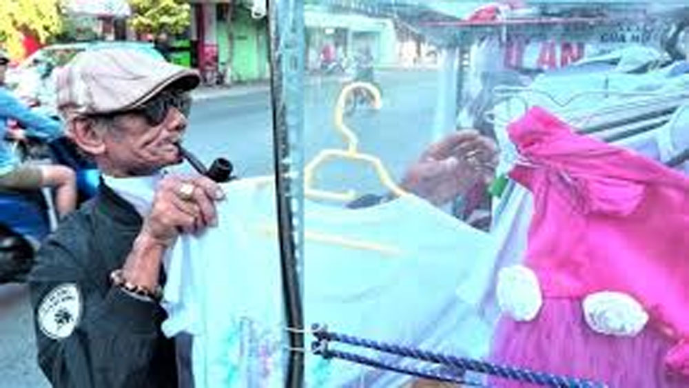 80-year-old on tricycle donates clothes to the needy