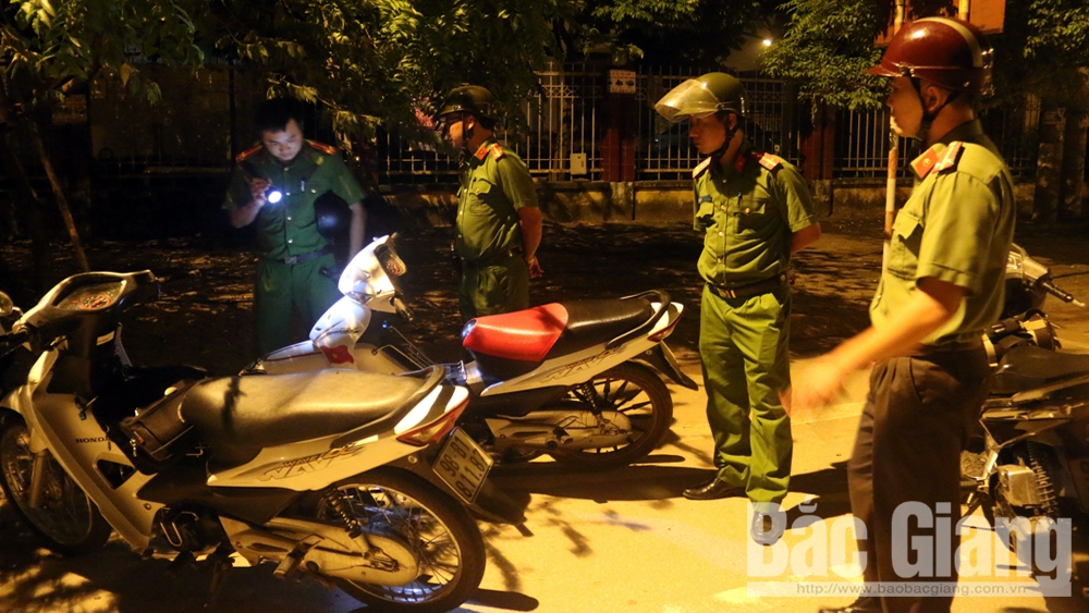 Tổ công tác 198 Công an TP Bắc Giang kiểm soát an ninh địa bàn.