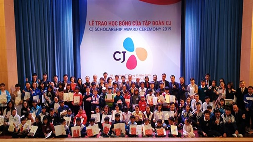 Korean group, grants scholarships, poor students, Lam Dong province, good results, long-term educational sponsorship