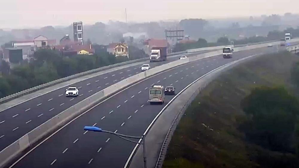 Ôtô suýt gây tai nạn khi đi lùi trên cao tốc