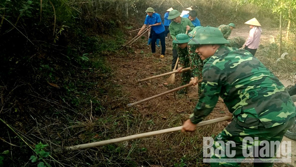 Cán bộ, chiến sĩ Sư đoàn 325 làm công tác dân vận, giúp đỡ nhân dân huyện Sơn Động
