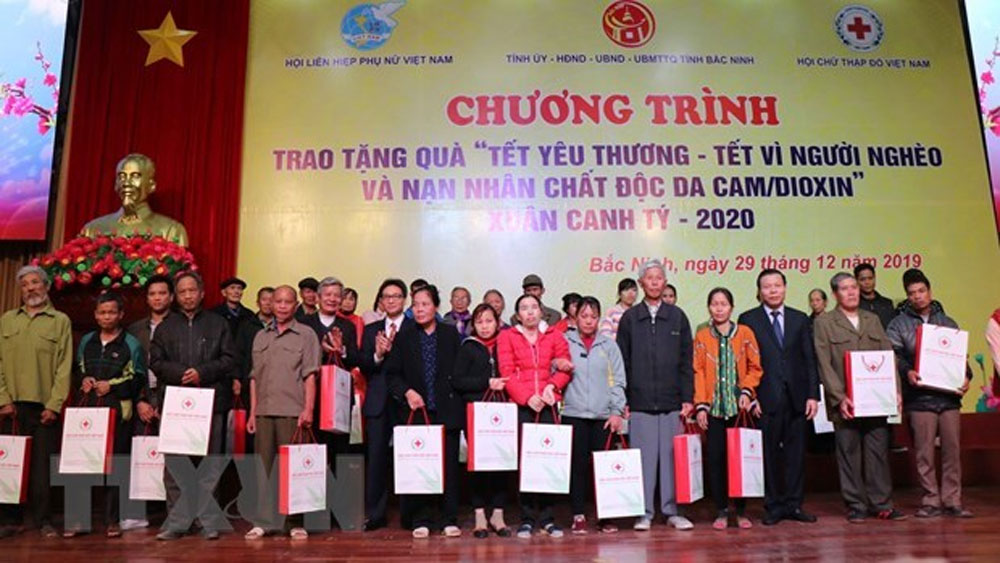 Deputy PM presents Tet gifts to needy people