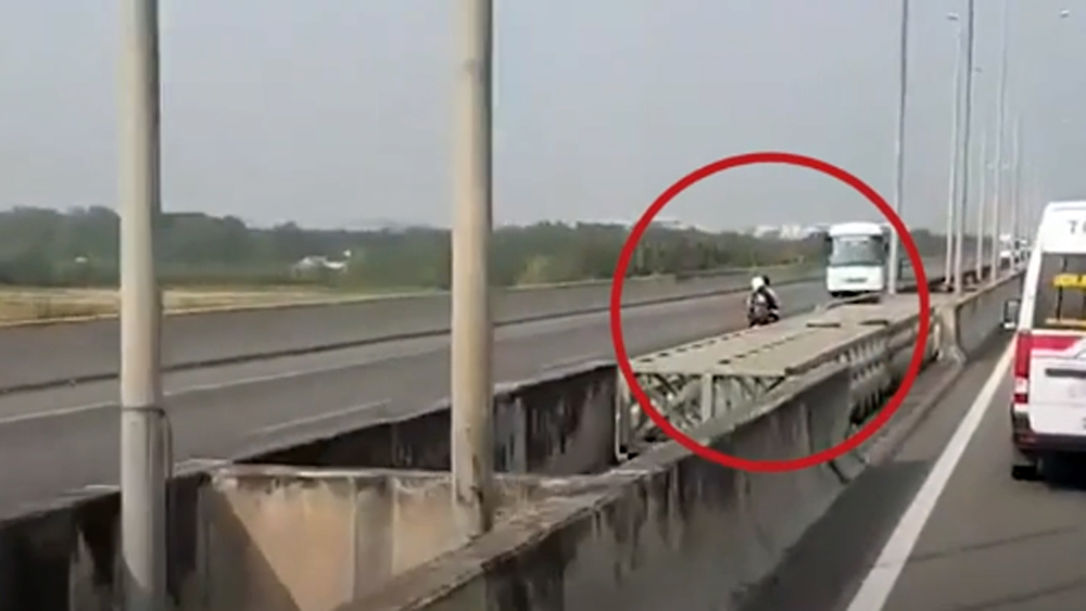 Đôi nam nữ đi xe máy ngược chiều trên cao tốc