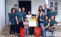 Trao sổ tiết kiệm cho hai gia đình hoàn cảnh đặc biệt khó khăn tại huyện Sơn Động, Yên Thế