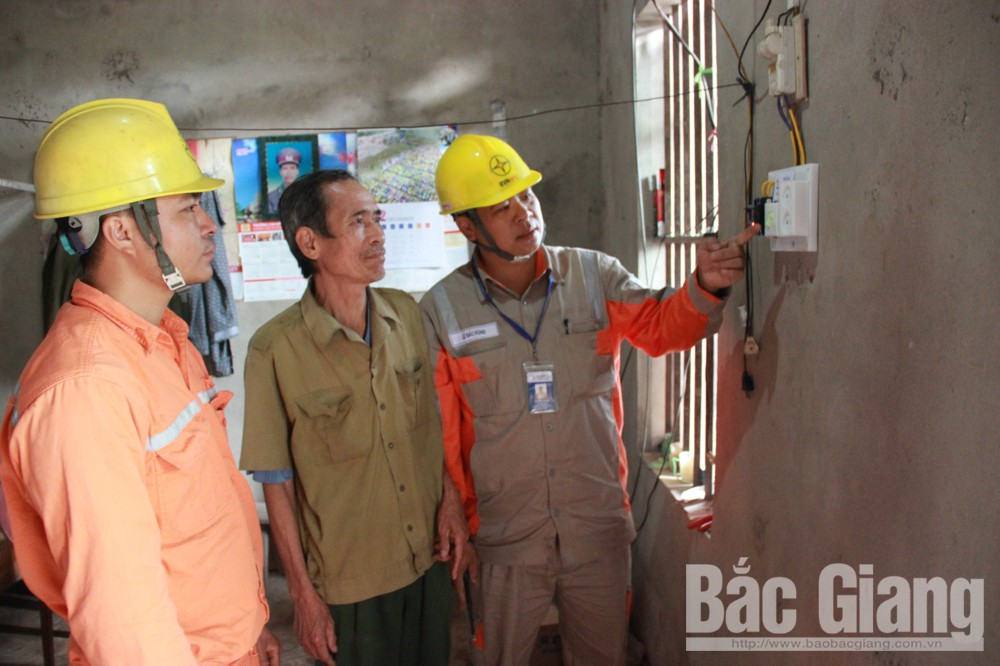 Cán bộ Điện lực Sơn Động lắp đặt mới thiết bị, hướng dẫn ông Ngô Văn Nhiên, thôn Trung Sơn, xã Chiên Sơn sử dụng điện an toàn, tiết kiệm.