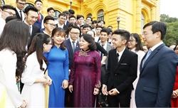 Phó Chủ tịch nước gặp mặt các sinh viên tiêu biểu