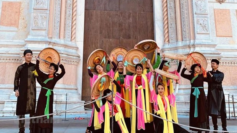 Vietnamese folk dances impress visitors at music festival in Italy