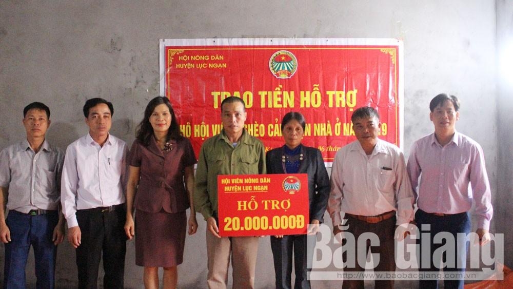 Đại diện Hội Nông dân huyện và lãnh đạo xã Kiên Lao trao tiền hỗ trợ cải thiện nhà ở cho gia đình hội viên Hoàng Đức Lan.