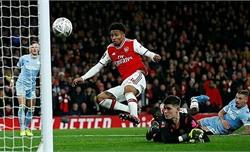 Arsenal vào vòng bốn Cup FA