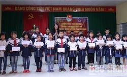 Bắc Giang: Chủ nhiệm Ủy ban Kiểm tra Tỉnh ủy Nguyễn Thị Hương trao quà Tết cho học sinh