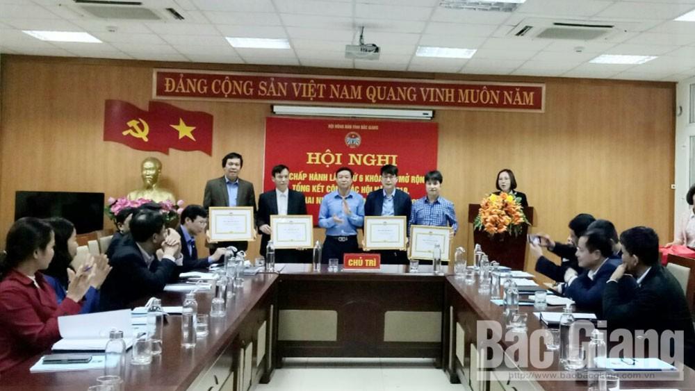 Đại diện lãnh đạo HND tỉnh khen thưởng các đơn vị đạt danh hiệu đơn vị vững mạnh.