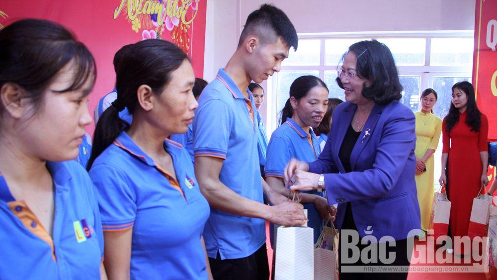 Phó Chủ tịch nước Đặng Thị Ngọc Thịnh: Thăm, tặng quà gia đình chính sách, công nhân hoàn cảnh khó khăn, hộ nghèo