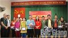 Hội đồng niên Ất Mão tỉnh Bắc Giang tặng quà hộ nghèo xã Kiên Lao