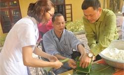 Bộ CHQS tỉnh Bắc Giang: Gói bánh chưng tặng bệnh nhân nghèo