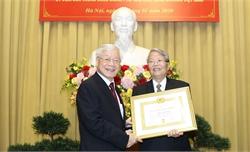 Trao Huy hiệu 60 năm tuổi Đảng tặng nguyên Chủ tịch nước Trần Đức Lương