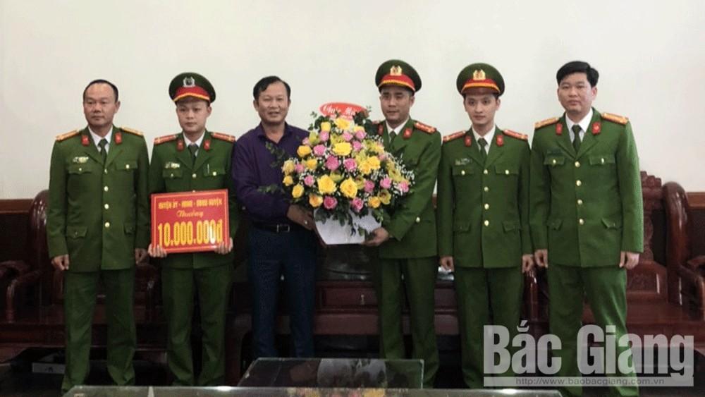 Đồng chí Nguyễn Đại Lượng, Phó Chủ tịch UBND huyện Việt Yên trao thưởng cho Ban chuyên án.
