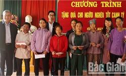 Đại biểu Quốc hội tặng quà hộ nghèo và học sinh dân tộc thiểu số