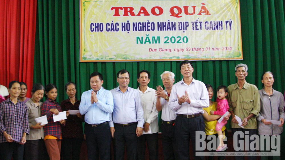 Provincial Party Secretary Bui Van Hai visits and presents Tet gift to national contributors and poor households in Yen Dung district
