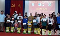 Tặng quà Tết cho trẻ em nghèo và người già cô đơn