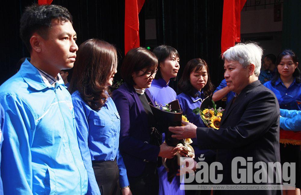 Đồng chí Từ Minh Hải tặng hoa chúc mừng đảng viên trẻ.
