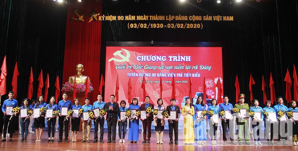 Đồng chí Lê Thị Thu Hồng tặng hoa chúc mừng các đảng viên trẻ tiêu biểu.