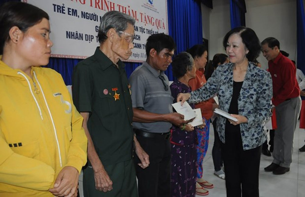 Officials, Tet gifts, poor people, disadvantaged children, needy households, Lunar New Year festival, study encouragement funds
