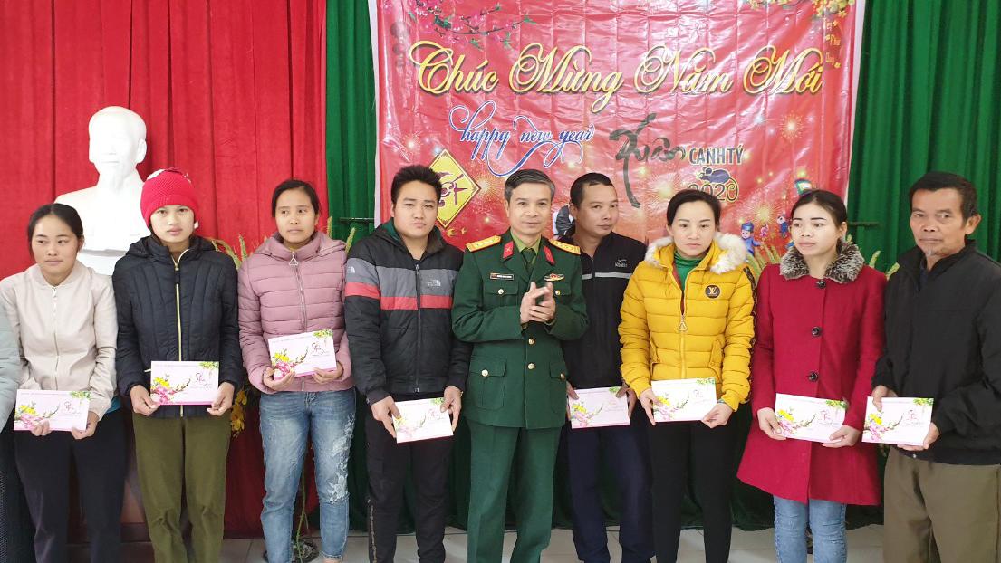 Đại tá Dương Quang Hùng, Chính uỷ Bộ CHQS tỉnh tặng quà hộ nghèo huyện Sơn Động