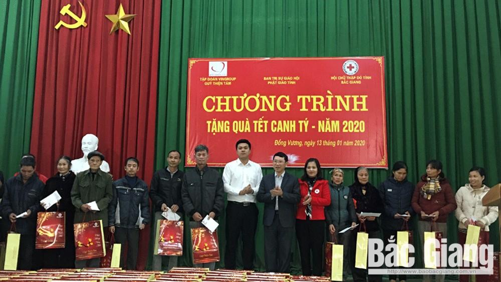 Phó Chủ tịch UBND tỉnh Lê Ánh Dương tặng quà Tết cho hộ nghèo, trẻ em khó khăn