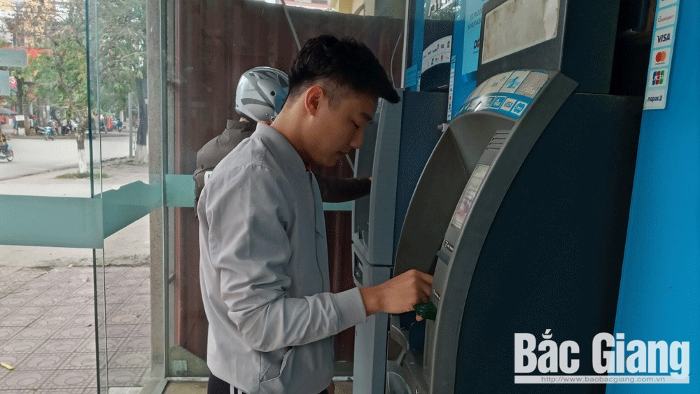 Các cây ATM của một số ngân hàng thương mại đã rút được tiền