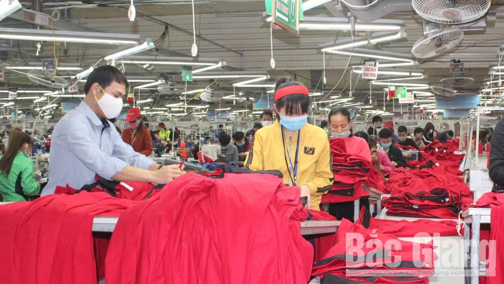 Công nhân Công ty cổ phần May xuất khẩu Hà Phong (Hiệp Hòa) hoàn thiện sản phẩm quần áo bảo đảm tiến độ xuất khẩu.