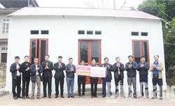 Trao kinh phí hỗ trợ xây nhà tình nghĩa cho chị Nguyễn Thị Vân, xã Minh Đức (Việt Yên)
