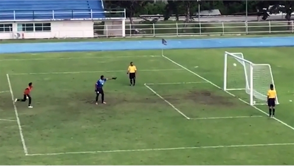 Thủ môn mừng hụt vì quả penalty khó tin