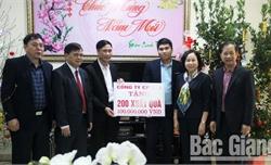 Đồng chí Nguyễn Thị Thu Hà, Phó Chủ tịch UBND tỉnh Bắc Giang tặng 1.300 suất quà Tết tại huyện Lục Nam