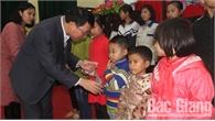 Phó Chủ tịch UBND tỉnh Lê Ánh Dương tặng quà Tết tại huyện Tân Yên