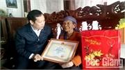Bí thư Huyện ủy Nghiêm Xuân Hưởng chúc Tết các đơn vị và tặng quà gia đình liệt sĩ