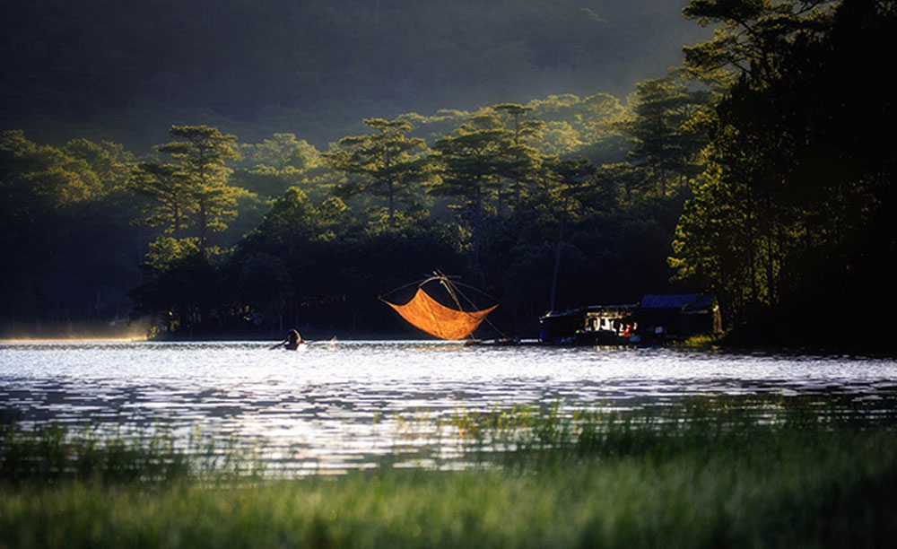 Preternatural moments, misty lake, Central Highlands, first rays, Tuyen Lam Lake, early morning mist, photographer Nguyen Tan Tuan