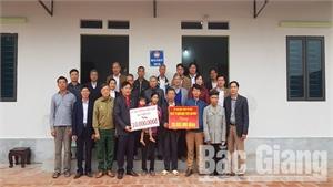 Trao kinh phí xây dựng nhà đại đoàn kết cho anh Dương Văn Trường, xã Tiên Lục (Lạng Giang)