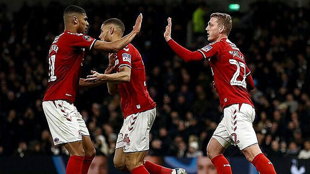 Tottenham vào vòng bốn Cup FA