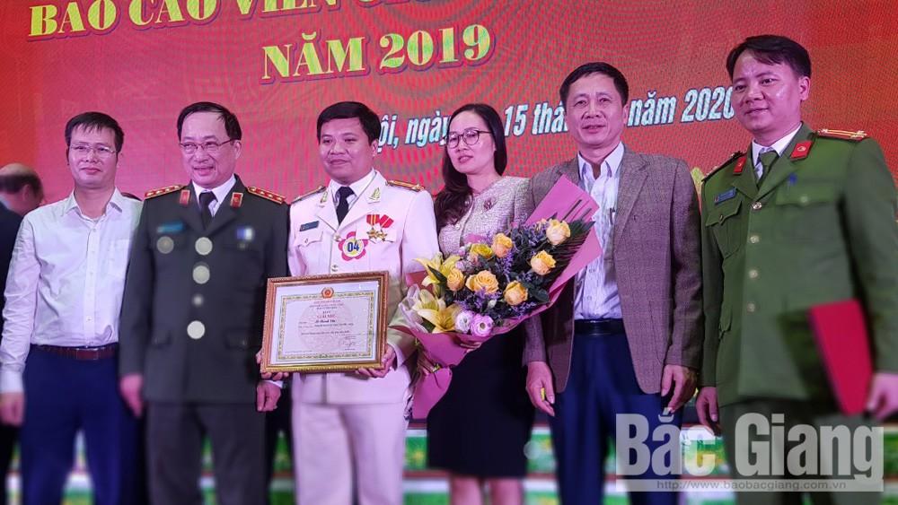 Thí sinh Lê Thành Văn chụp ảnh cùng lãnh đạo Bộ Công an và Ban Tuyên giáo Tỉnh ủy Bắc Giang.